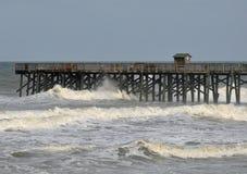 De Golven van de orkaan breken de Pijler stock afbeelding