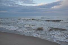 De golven van de Zwarte Zee Stormachtige Dag Strand Royalty-vrije Stock Afbeeldingen