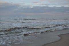 De golven van de Zwarte Zee Stormachtige Dag Strand Stock Afbeelding