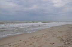 De golven van de Zwarte Zee Stormachtige Dag Strand Royalty-vrije Stock Fotografie