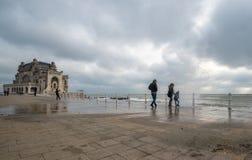 De golven van het familiehorloge en worden nat in de Zwarte Zee royalty-vrije stock foto's