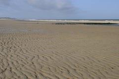 De golven van het zand op Noordzeestrand, Nederland Stock Foto's