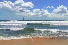 De Golven van het de zomerstrand in de Zwarte Zee Varna Bulgarije stock foto's