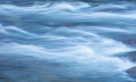 De golven van rivierstroom Stock Afbeeldingen