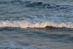 De golven van de strandtijd stock afbeelding