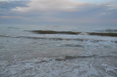 De golven van de Zwarte Zee Stormachtige Dag Strand Royalty-vrije Stock Afbeelding