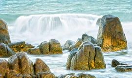 De golven veegden de overweldigende ertsaders Royalty-vrije Stock Foto's