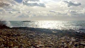 De golven verpletteren op rotsen en verdeelt aan mist stock videobeelden