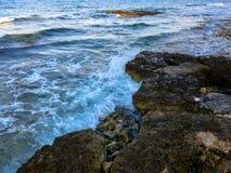 De golven zijn ineenstorting de rotsen Royalty-vrije Stock Afbeeldingen