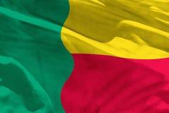 De golvende Benin vlag voor het gebruiken als textuur of achtergrond, de vlag fladdert op de wind vector illustratie