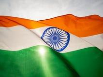 De golvende Indische vlag op de zonsonderganghemel De Indische Dag van de Onafhankelijkheid royalty-vrije stock afbeelding