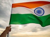 De golvende Indische vlag op de zonsonderganghemel De Indische Dag van de Onafhankelijkheid royalty-vrije stock afbeeldingen