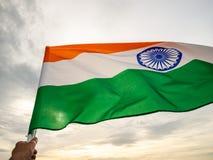 De golvende Indische vlag op de zonsonderganghemel De Indische Dag van de Onafhankelijkheid stock foto's