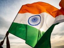 De golvende Indische vlag op de zonsonderganghemel De Indische Dag van de Onafhankelijkheid stock fotografie