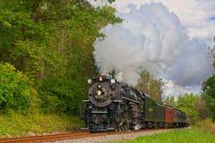 De golvende trein van de stoompassagier royalty-vrije stock fotografie