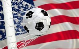 De golvende vlag van de V.S. en voetbalbal in netto doel stock foto's