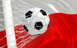 De golvende vlag van Polen en voetbalbal in netto doel stock foto's