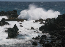De golvenneerstorting op rotsen bij Ka Lae, kent ook als Zuidenpunt, Hawaï Stock Afbeeldingen