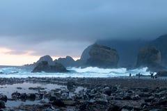 De Golvenstenen van het Papumastrand stock afbeeldingen