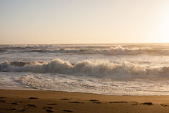De golvenzonsondergang van het strandwater Stock Afbeelding
