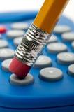 De gom die van het potlood een calculatoruiteinde duwt Royalty-vrije Stock Foto