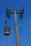 De Gondel en de Pyloon van de ski met blauwe hemel Royalty-vrije Stock Afbeeldingen