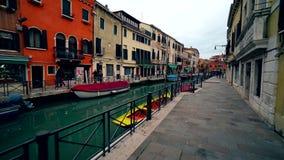 De gondel van Venetië en andere boten in Vinece-kanalen 4K stock video