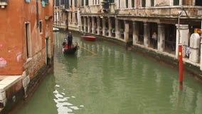 De gondel van Venetië op klein kanaal stock video