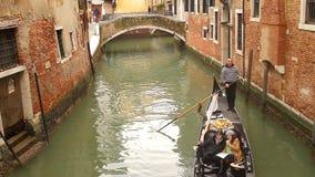 De gondel van Venetië op klein kanaal stock videobeelden