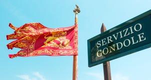 De gondeldienst met de vlag van Venetië ` s royalty-vrije stock foto
