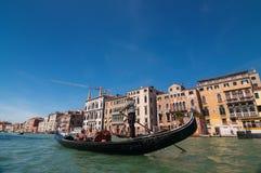De gondelier berijdt gondel op Grand Canal in Venetië, Italië Stock Afbeelding