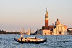 De gondelier berijdt gondel op Groot kanaal, Venetië Stock Fotografie