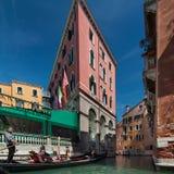 De gondelier berijdt gondel op het kanaal in Venetië, Italië Stock Foto's