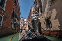 De gondelier berijdt gondel op Venetiaans kanaal, Venetië, Italië Stock Foto