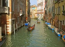 De Gondelier Sailing een Gondel op een Klein Kanaal van Venetië stock afbeeldingen