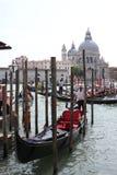 De Gondelier van Venetië in een traditioneel Venetiaans kanaal Stock Foto