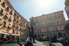 De gondelier vertrekt van gondelpost, Venetië, Italië Stock Foto's
