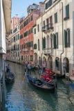 De gondelieren navigeren gondels door een kanaal in Venetië, Italië Stock Foto's