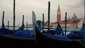 De gondels die van Venetië zich op de golven bewegen stock videobeelden