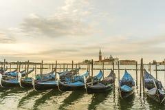 De gondels door het Teken van Heilige worden vastgelegd regelen met de kerk van San Giorgio di Maggiore in Venetië, Italië dat, stock foto