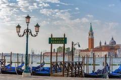 De gondels door het Teken van Heilige worden vastgelegd regelen met de kerk van San Giorgio di Maggiore in Veneti?, Itali? dat royalty-vrije stock foto