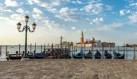 De gondels door het Teken van Heilige worden vastgelegd regelen met de kerk van San Giorgio di Maggiore in Veneti?, Itali? dat royalty-vrije stock afbeeldingen