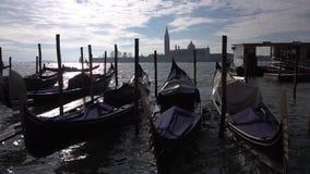 De gondels en de boten zijn bij de pijler stock videobeelden