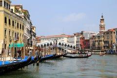 De gondels op het Venetiaanse kanaal dichtbij aan Ponte Di Rialto royalty-vrije stock fotografie