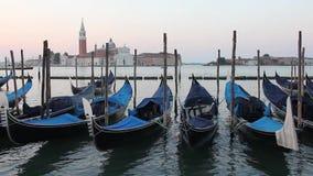 De Gondels van Venetië berijden op de golven voor San Giorgio Maggiore stock video