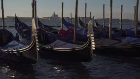 De gondels van Venetië en bootverkeer met het Eiland Giudeca op de achtergrond stock footage