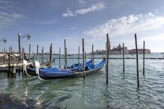 De gondels van Venetië en het eiland van Heilige George stock afbeeldingen