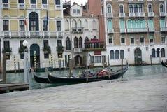 De gondels van Venetië onbeweeglijk, achter Rialto-markt en trattorie, lunchtijd, de winter Royalty-vrije Stock Afbeeldingen
