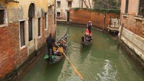De gondels van Venetië op klein kanaal stock video
