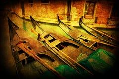 De gondels in Venetië met antiquiteit kijken textuur stock fotografie